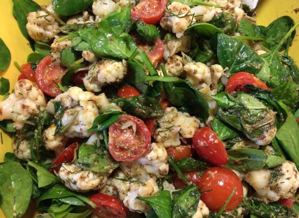 Karfiolsalat mit Jungspinat und Tomaten